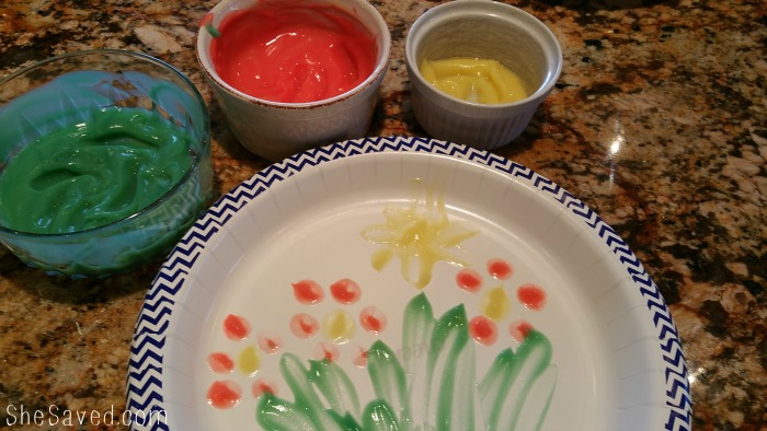 Make these fun edible finger paints out of pudding to create a fun and artist snack for your favorite littles!