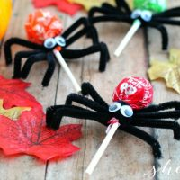 EASY Halloween Craft: Tootsie Pop Spiders