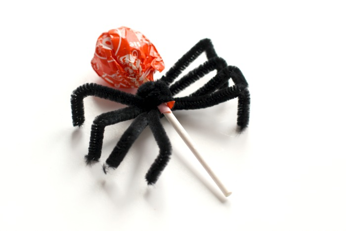 making a spider out of tootsie pop